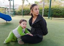 小崽和雌狮妈妈 免版税库存图片