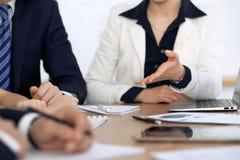小组商人和律师谈论合同纸在会议上 免版税图库摄影