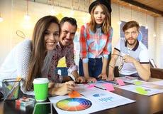 小组年轻商人和设计师 研究新的项目的他们 起始的概念 图库摄影