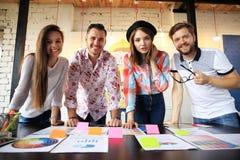 小组年轻商人和设计师 研究新的项目的他们 起始的概念 免版税库存照片