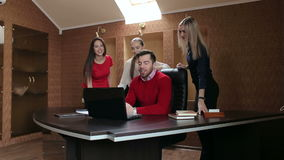 小组商人在一次会议在办公室,工作在计算机上 影视素材