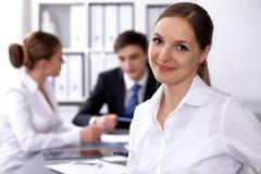 小组商人在关于办公室背景的会议上  在一个美丽的浅黑肤色的男人的焦点 库存照片