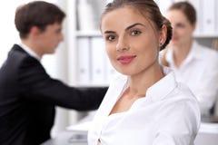 小组商人在关于办公室背景的会议上  在一个美丽的浅黑肤色的男人的焦点 库存图片