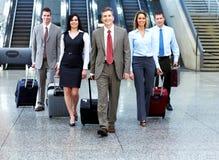 小组商人在机场。 免版税库存图片