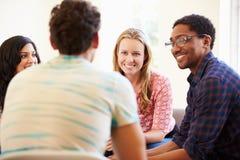 小组商人坐开的椅子会议 免版税库存照片