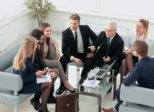 小组商人开会议在办公室 免版税图库摄影