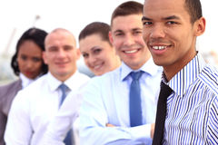 小组年轻商人摆在室外 免版税库存图片