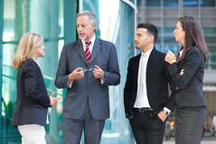 小组商人谈话室外 免版税库存图片