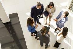 小组年轻商人顶视图在现代办公室 库存图片