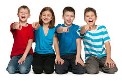 在地板上的笑的孩子 库存照片