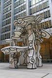 小组四棵树雕塑追逐大厦前面的吉恩Dubuffet在更低的曼哈顿 免版税库存图片