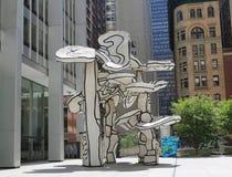 小组四棵树雕塑追逐大厦前面的吉恩Dubuffet在更低的曼哈顿 免版税库存照片