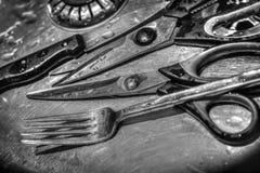 小组四水飞溅了休息在一个金属家庭的厨房器物 免版税库存图片