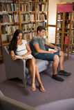 小组图书馆阅读书的学生-学习小组 图库摄影