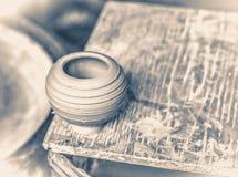 小黏土花瓶在一个木板站立 库存照片