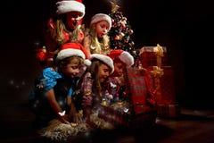 小组圣诞老人帽子的孩子 免版税库存照片
