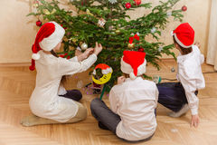 小组圣诞节帽子的四个孩子 免版税库存图片