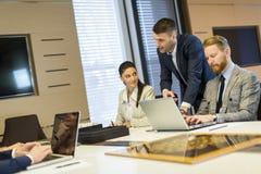 小组在一新的proj严重工作的buseness人 免版税库存图片