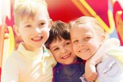 小组在儿童操场的愉快的孩子 免版税库存照片