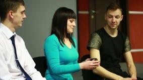 小组在圈子坐 他们讲他们的故事 心理安心 影视素材