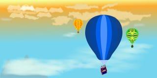 小组在天空的气球在日落 免版税库存照片