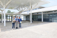 小组在学校前面的学生 库存照片