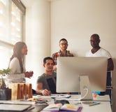 小组在小企业的年轻成人 免版税图库摄影