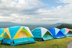 小组在小山的旅游帐篷 免版税图库摄影