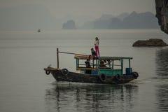 小组在小船的孩子,哈隆,越南 免版税图库摄影