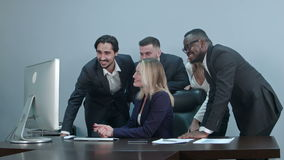 小组在工作场所的多种族一起买卖人电视电话会议 股票视频