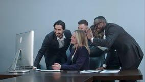 小组在工作场所的多种族一起买卖人电视电话会议 库存图片
