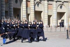 小组在改变义务的行军期间的瑞典王宫的卫兵 免版税图库摄影