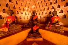 小组在教会墙壁上的古老菩萨老挝寺庙的。 免版税图库摄影
