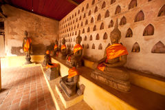 小组在教会墙壁上的古老菩萨老挝寺庙的。 图库摄影