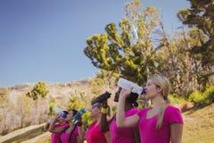 小组在新兵训练所的妇女饮用水 库存照片