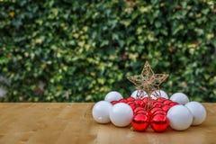 小组在星附近的红色和白色圣诞节球 库存图片