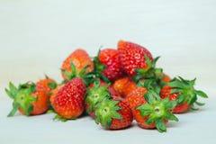 小组在木板& x28的红色成熟草莓果子; 并且知道 免版税库存照片