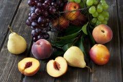 小组在木背景的新鲜水果 免版税库存图片