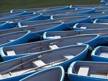 小组在河的蓝色划艇 免版税库存照片