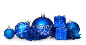 小组在白色背景的蓝色圣诞节球 免版税图库摄影