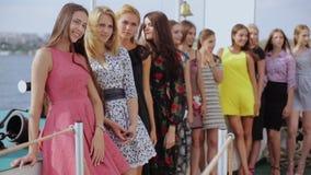 小组在站立在小船和摆在街道上的礼服的模型 股票录像
