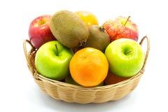 小组在篮子的新鲜水果 免版税库存图片