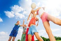小组在草甸的儿童游戏球 免版税库存图片