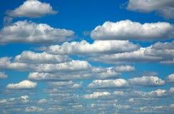 小组在蓝天背景的白色云彩 免版税库存图片