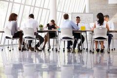 小组在表附近的业务会议在现代办公室 免版税库存照片