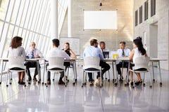 小组在表附近的业务会议在现代办公室 免版税库存图片