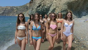 小组在运行沿海滩的岸的比基尼泳装的美好的模型 股票视频