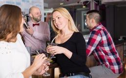 小组在酒吧的年轻成人 免版税库存照片