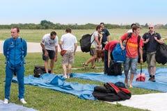 小组在降伞俱乐部的parachuters 图库摄影
