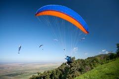 小组在飞行中滑翔伞 免版税库存图片
